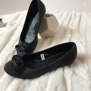 Like new! Textured flats with patent black bows